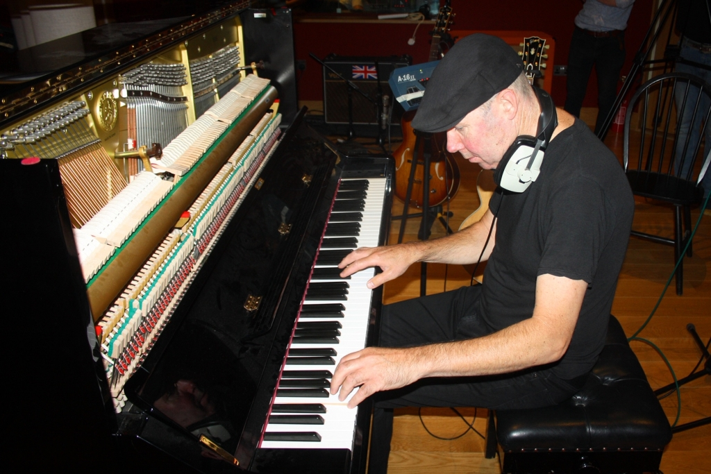 paul quinn plays piano